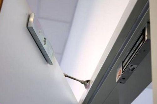 установка электромагнитного замка на железную дверь - фото